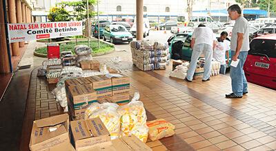 Comitê Betinho entrega livros e alimentos a ONGs